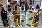 Покупательницы выбирают алкоголь в магазине. Архивное фото