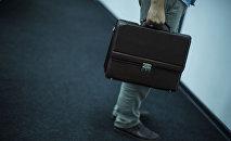 Архивное фото мужчины с портфелем в руке