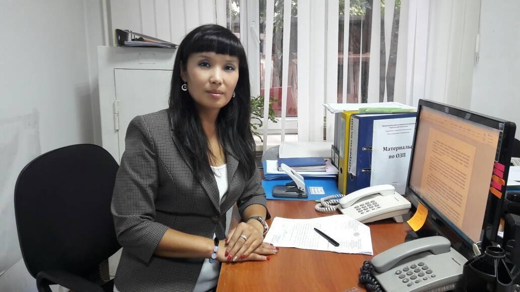 Главный специалист Управления по защите семьи и детей Министерства труда и социального развития Гулзина Бообекова в рабочем кабинете