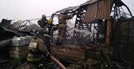 Сотрудники МЧС России на месте пожара в ангаре в Колпинском районе Санкт-Петербурга