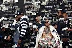 Экс-чемпион мира по боксу в пяти весовых категориях американец Флойд Мейвезер-младший и чемпион UFC в легком весе ирландец Конор Макгрегор на пресс-конференции в Нью-Йорке (США)