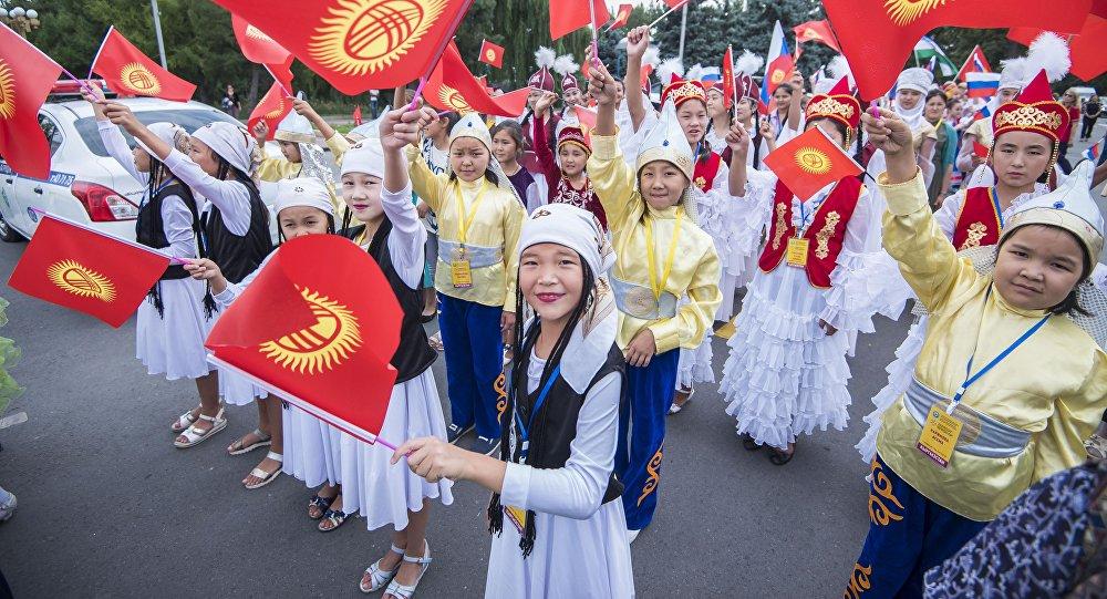 Дети в национальных костюмах. Архивное фото