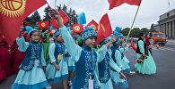 Кыргызстандын желегин көтөргөн өспүрүмдөр. Архив