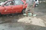 Водитель остановился, чтобы засыпать песком яму в Бишкеке, — видео