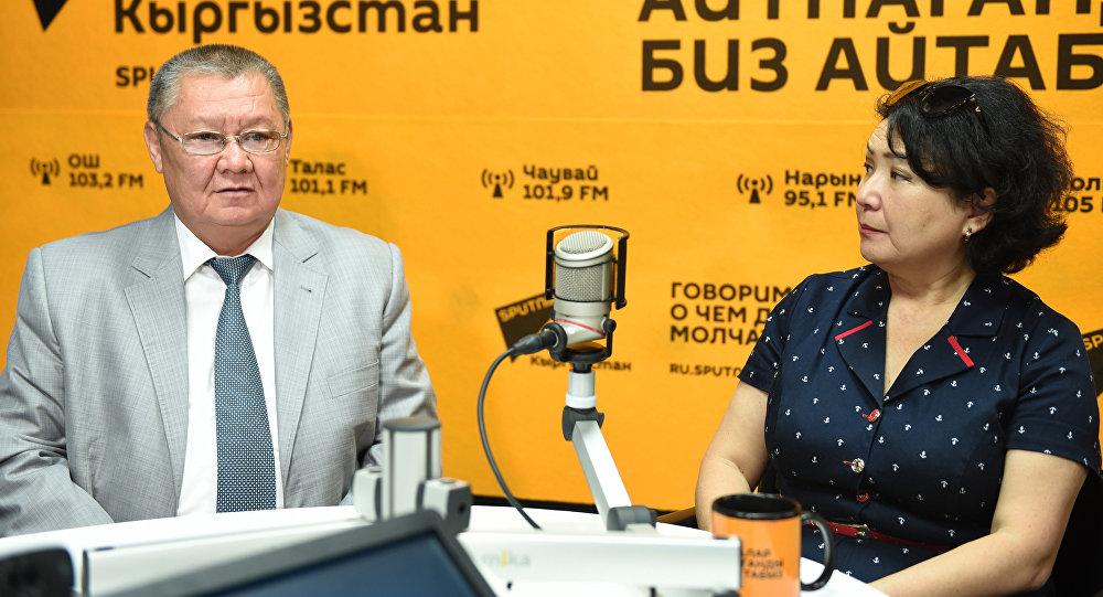 Экс-вице-премьер Токон Мамытов и журналистка Тамара Валиева во время интервью в радиостудии Sputnik Кыргызстан