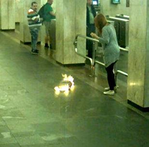 В метро Минска у девушки в руках загорелся рюкзак