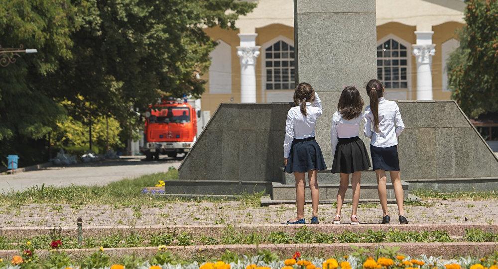 Школьницы у памятника Шабдан Баатыру на аллее молодежи в Бишкеке