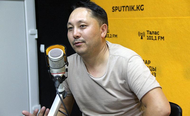 Певец и актер Съездбек Искеналиев во время интервью Sputnik Кыргызстан
