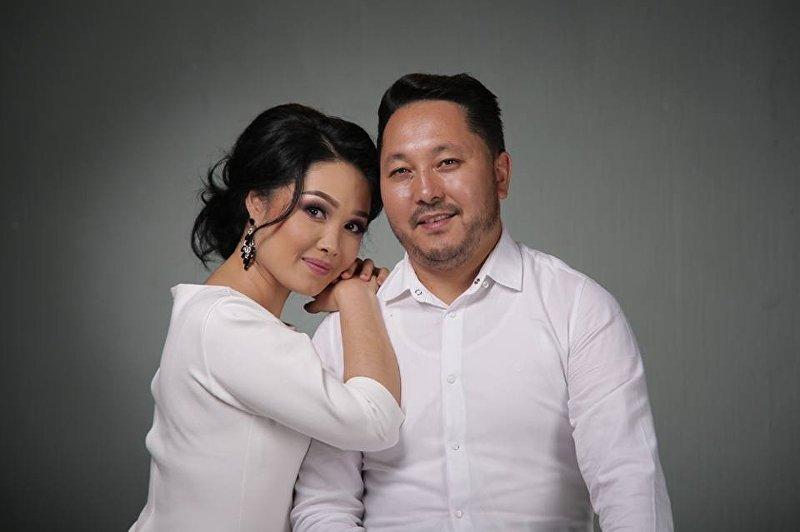 Певец и актер Съездбек Искеналиев с супругой