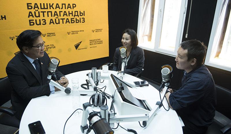 Депутат с Филиппин Родел Батокабэ во время интервью с главным редактором Sputnik Кыргызстан Эркином Алымбековым