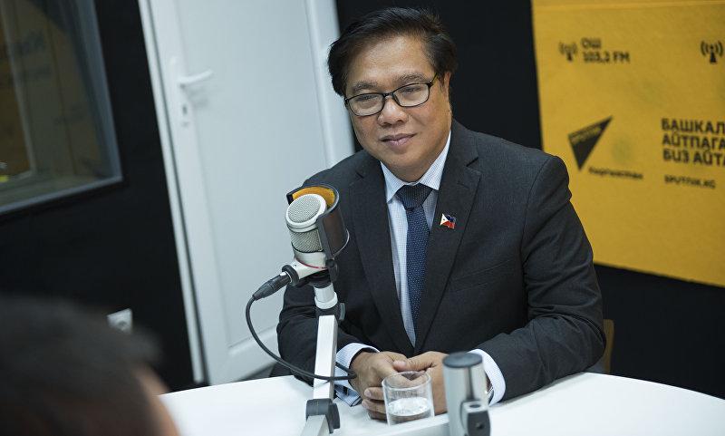 Депутат с Филиппин Родел Батокабэ во время интервью Sputnik Кыргызстан