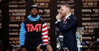 Экс-чемпион мира по боксу в пяти весовых категориях американец Флойд Мейвезер-младший и чемпион UFC в легком весе ирландец Конор Макгрегор во время пресс-конференции в Лос-Анджелесе