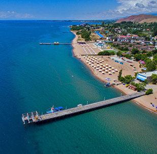 Вид с высоты на пляж Иссык-Куля. Архивное фото