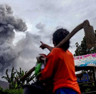 Индонезиянын Борбордук Ява провинциясындагы Синабунг жанар тоосунун атылышы