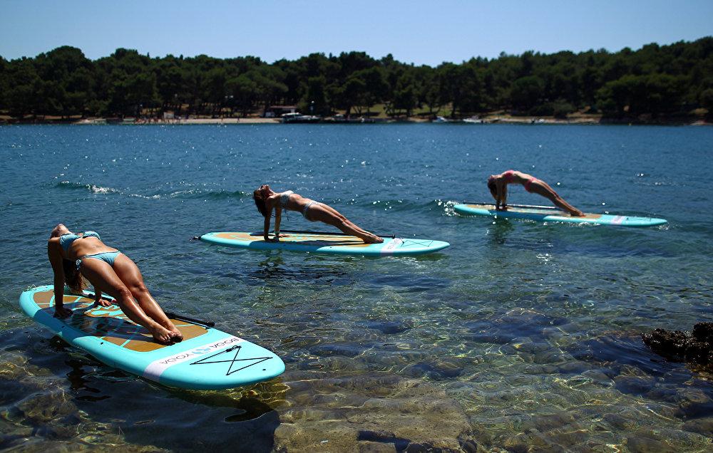 Занятие йогой на Адриатическом побережье в Веруделе. Хорватия