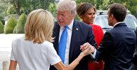 Президент Франции Эммануэль Макрон приветствует первую леди США Меланиа Трампа, а его жена Брижит Макрон приветствует президента США Дональда Трампа в музее Les Invalides в Париже. Архивное фото