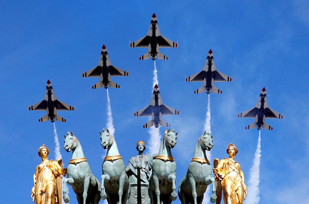Традиционный военный парад в ознаменование Дня взятия Бастилии