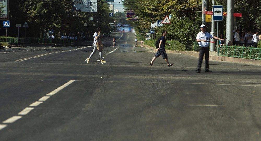 Сотрудник патрульной милиции управляет дорожным движением на трассе. Архивное фото
