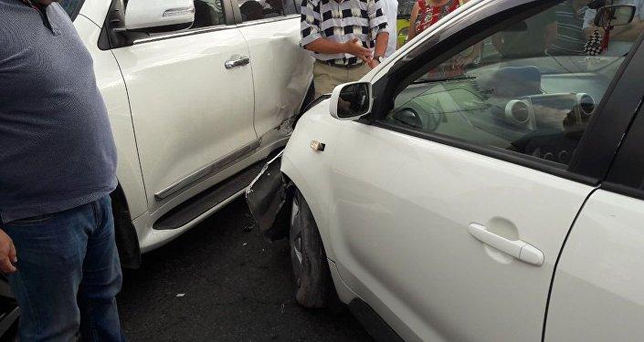 Возле курантов на пересечении проспекта Чуй и улицы Абдрахманова столкнулись малолитражная машина Toyota Ist и внедорожник Toyota Sequoia