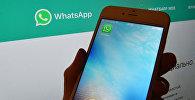 Иконка мессенджера WhatsApp на экране смартфона. Архивное фото