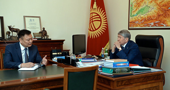 Президент Алмазбек Атамбаев Өнөр жай, энергетика жана кен байлыктары мамлекеттик комитетинин төрагасы Дүйшөнбек Зилалиевди кабыл алуу учурунда
