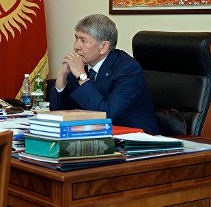 Президент Алмазбек Атамбаев во время встречи с председателем Госкомитета промышленности, энергетики и недропользования Дуйшенбеком Зилалиевым