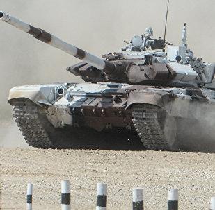 Экипаж танка Т-72Б3 армии Кыргызстана во время прохождения дистанции танкового биатлона. Архивное фото