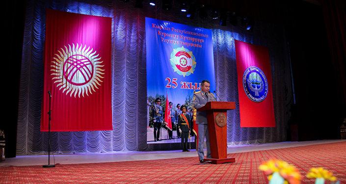 Начальник Генштаба Раимберди Дуйшенбиев поздравил личный состав Нацгвардии с юбилеем и вручил особо отличившимся военнослужащим медали