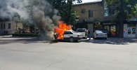 На пересечении улицы Киевской и проспекта Эркиндик сгорел легковой автомобиль