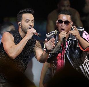 Исполнители хита Despacito музыкант Луис Фонси и вокалист Дэдди Янки во время выступления