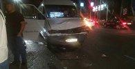 На пересечении улиц Ахунбаева и Байтик Баатыра столкнулись два маршрутных микроавтобуса