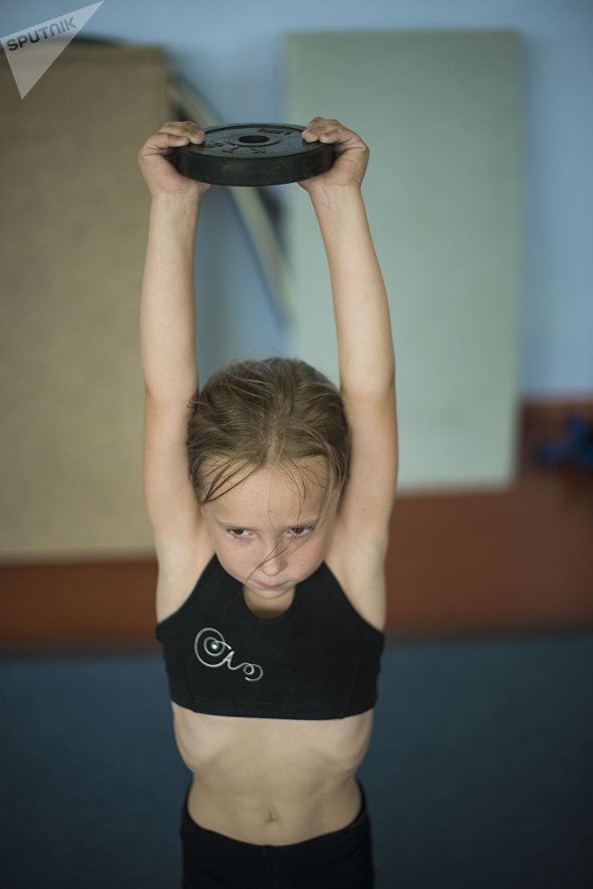 Ата-энелер балдарын гимнастикага жаш кезинде эле берет