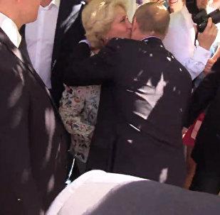 Путина на Арбате поцеловала прохожая
