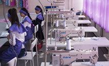 Сотрудницы швейного цеха во время работы. Архивное фото