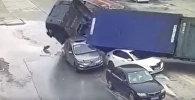 Шокирующее видео: грузовик раздавил две машины, люди чудом выжили