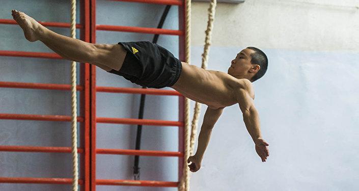 Что творит этот 17-летний парень! Больше никто в Кыргызстане так не может