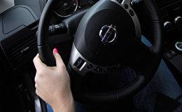 Девушка за рулем автомобиля. Архивное фото