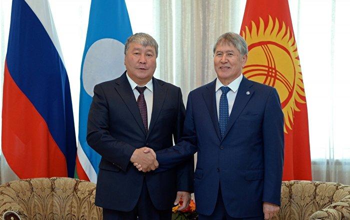 Президент КР Алмазбек Атамбаев во время встречи с председателем государственного собрания Республики Саха Александром Жирковым