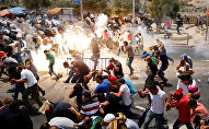 Правоохранительные органы Израиля отгоняют палестинцев слезоточивыми газами в районе старого города Иерусалима