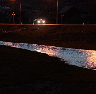Машина на трассе в ночное время. Архивное фото