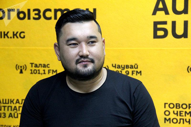 Тамада, шоумен Бакыт Байсариев во время интервью Sputnik Кыргызстан