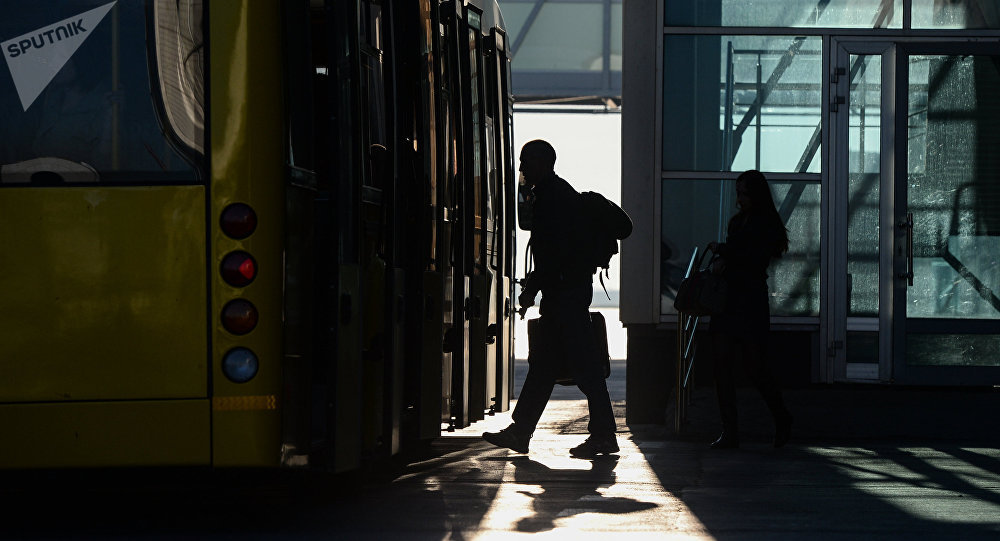 Автобуска кирип жаткан жүргүнчүлөр. Архив