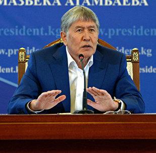 Президент Алмазбек Атамбаев Чолпон-Ата шаарында журналисттер жана саясат таануучулар үчүн уюштурулган маалымат жыйында. Архивдик сүрөт