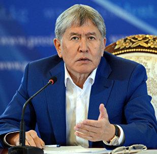 Өлкө башчы Алмазбек Атамбаев Чолпон-Ата шаарындагы резиденцияда журналисттер үчүн жыйын учурунда