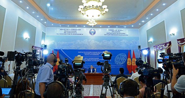 Президент Кыргызстана Алмазбек Атамбаев во время традиционной летней пресс-конференции в государственной резиденции №2 в Чолпон-Ате