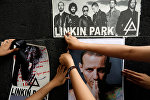 Поклонники приклеивают плакаты на памятнике Revolucion, чтобы отдать дань уважения Честеру Беннингтону, фронтмену Linkin Park. Архивное фото