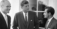 Архивное фото 35-го президента США Джона Кеннеди (в центре)