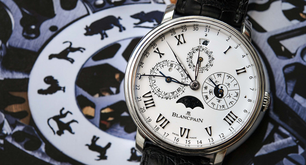 Швейцарские наручные часы со знаками зодиака. Архивное фото