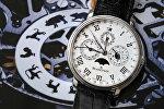 Наручные часы со знаками зодиака. Архивное фото