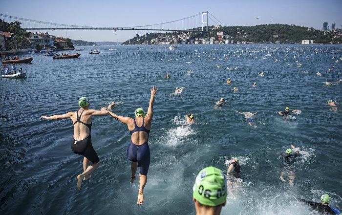 Участники ежегодного межконтинентального заплыва через Босфор в Стамбуле